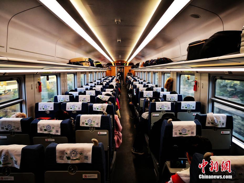1月5日,时速160公里的CR200J型复兴号动车组满载旅客从云南昆明始发,一路向南奔跑,2小时43分后抵达红河州蒙自市,这是中国铁路160公里时速复兴号在云南的首秀,也是昆明至蒙自首次开行动车组列车。开行初期,昆明至蒙自每天开行3对,高峰期再增开2对,运行时间最短2小时43分、最长3小时09分。图为旅客乘坐在复兴号动车宽敞明亮的车厢里。中国铁路昆明局集团有限公司 供图