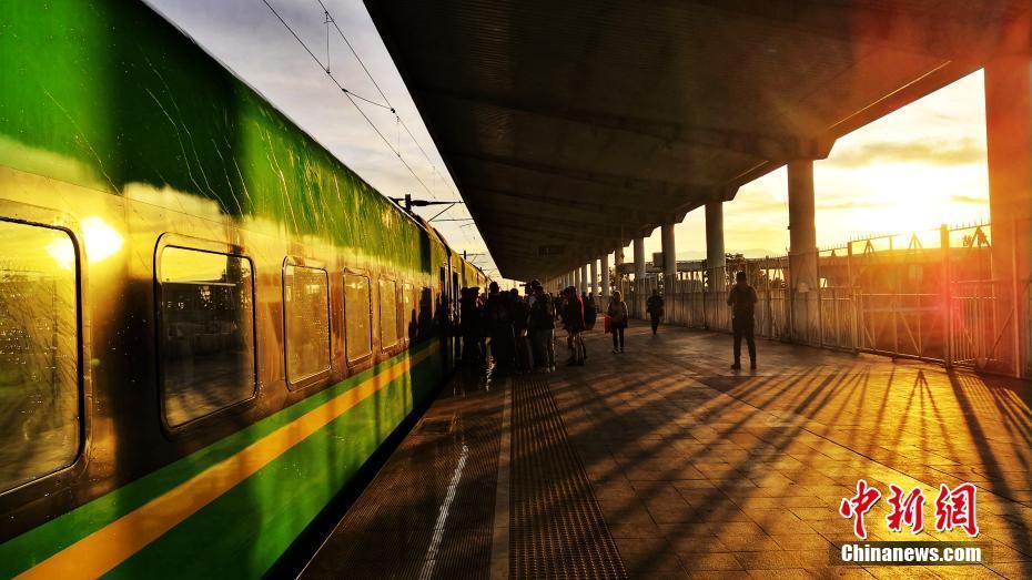 1月5日,时速160公里的CR200J型复兴号动车组满载旅客从云南昆明始发,一路向南奔跑,2小时43分后抵达红河州蒙自市,这是中国铁路160公里时速复兴号在云南的首秀,也是昆明至蒙自首次开行动车组列车。开行初期,昆明至蒙自每天开行3对,高峰期再增开2对,运行时间最短2小时43分、最长3小时09分。中国铁路昆明局集团有限公司 供图
