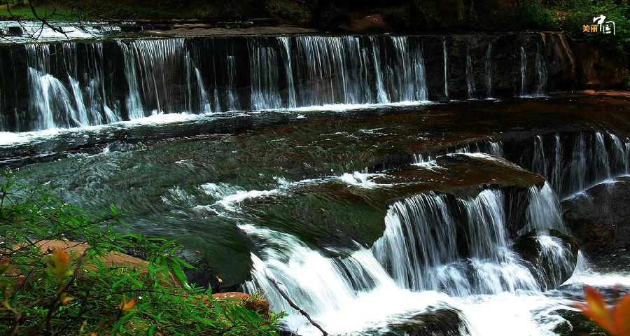 叠瀑、奇石、古树构成了这里的美丽的自然风景,一步一景,步随景移,时而恬静如小桥流水,时而雄奇如磅礴大水。