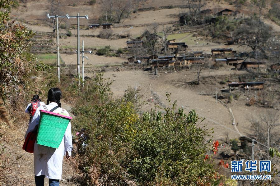 在云南怒江丙中洛镇,医疗队员在山间道路上行走(1月12日摄)。 2017年3月,作为珠海市金湾区首批援助怒江的医生,管延萍来到云南省怒江傈僳族自治州条件最艰苦的丙中洛镇工作,这里还有很多村落未通公路,出入全都依靠在悬崖峭壁上凿出来的羊肠小道。管延萍和同事们只能用背篓将心电图机、B超机等医疗器械背进大山,为村民们提供医疗服务。 近两年来,管延萍背着背篓,跋山涉水,爬冰卧雪,送医进山达300多次,散落在丙中洛高山峡谷间的46个村组,她整整走了四轮。为了大峡谷群众,她主动将在怒江扶贫支医的时间从半年延长至三年。 新华社记者张加扬摄