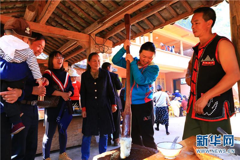 游客在那柯里村参加体验项目。