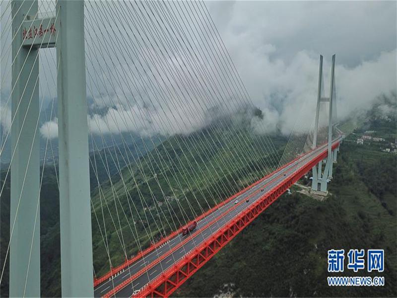 北盘江大桥采用钢桁梁斜拉结构,其垂直高度和桥梁跨度为世界罕见。独特的地理位置和壮丽的桥梁建筑构成一道亮丽的风景线,北盘江大桥的巍峨与雄伟让世界叹为观止。