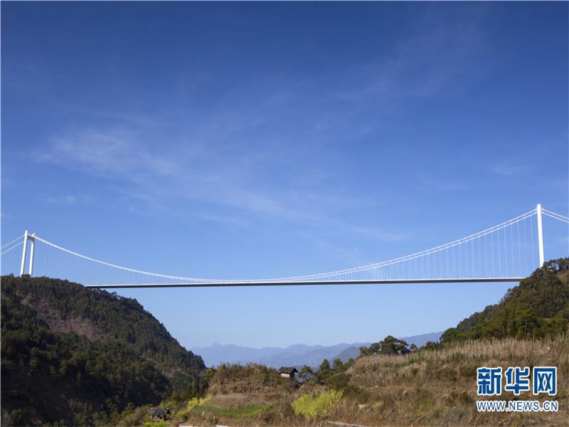 龙江大桥位于云南省西部、横断山脉南段,是保腾(保山—腾冲)高速公路的重点工程,建在腾冲火山地貌和高烈度地震带上,科技含量高。跨越龙江河谷,总长2470余米,桥面距谷底高度280米。