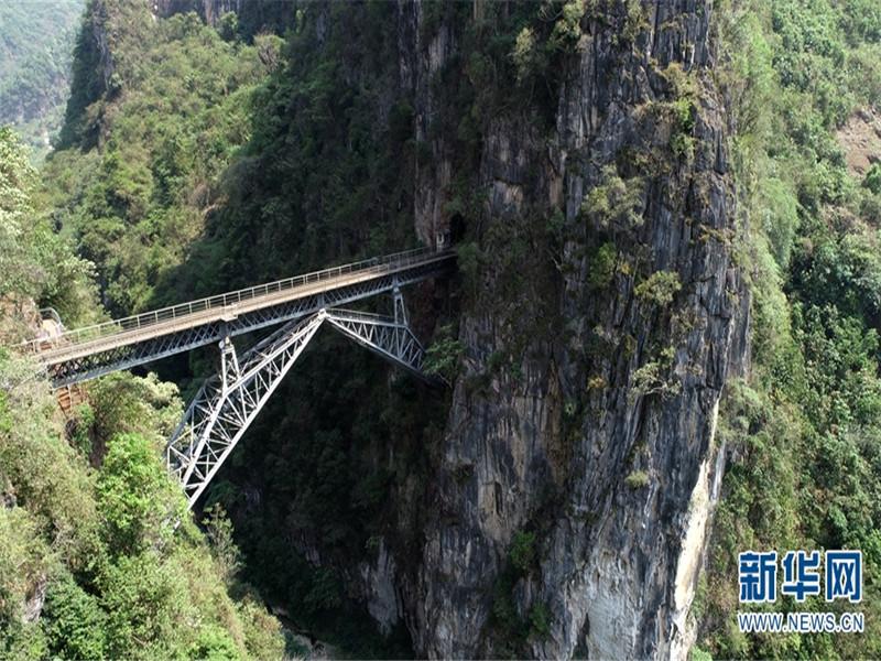 """在云南省红河哈尼族彝族自治州屏边县,有一座横跨于悬崖峭壁间的铁路桥——五家寨铁路桥,因形似""""人""""字,也被称作""""人字桥""""。"""