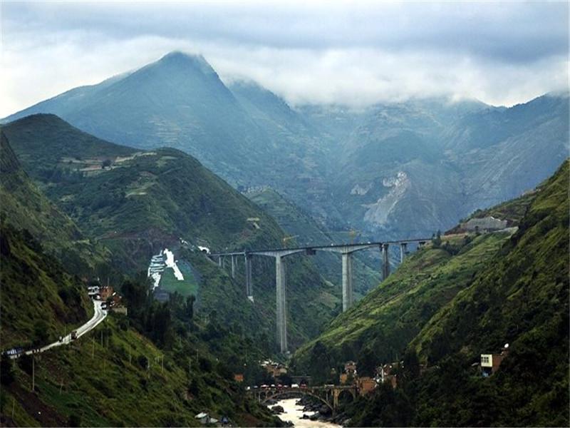 牛栏江特大桥位于云南曲靖市会泽县与昭通市鲁甸县接壤交界处,横跨牛栏江,全长600米,主墩高126米,主跨190米,成为云南省同类型最高的连续刚构桥。