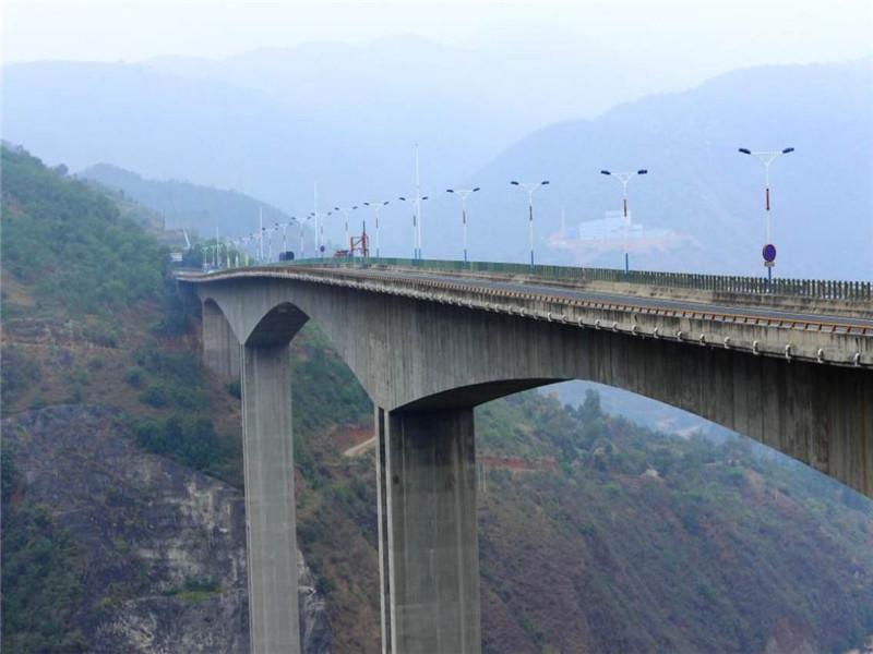 红河大桥跨越V形深谷,谷深170多米,采用主跨为265米的5跨不等跨的连续刚构,桥梁总长801米。