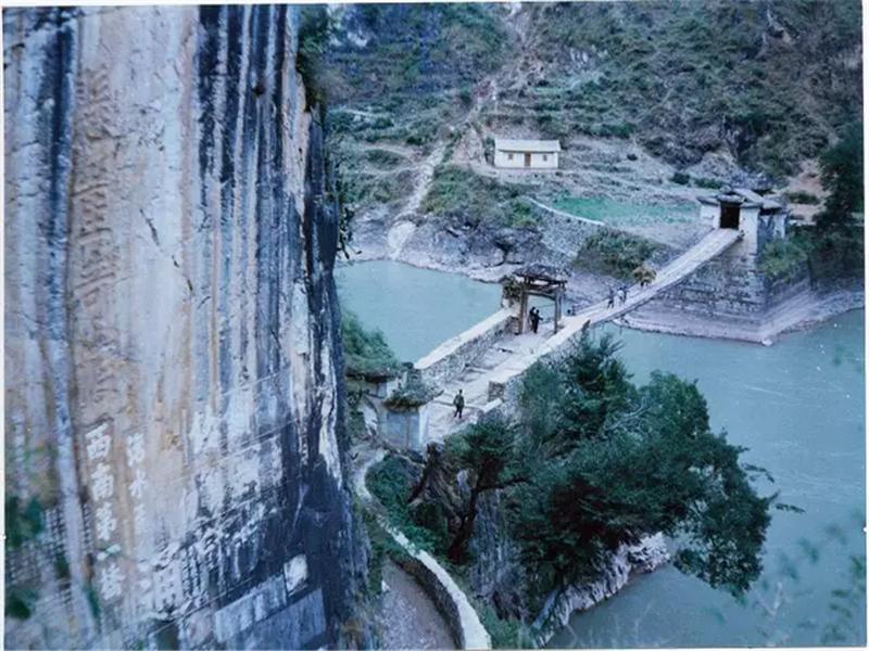 霁虹桥位于云南省保山市与大理白族自治州永平县交界处的澜沧江上,跨度为57.3米,宽3.7米,由18根铁索链悬吊两岸,上铺桥板。霁虹桥是历代开发西南必经的关隘要道,在地理位置上有着极其重要的意义。