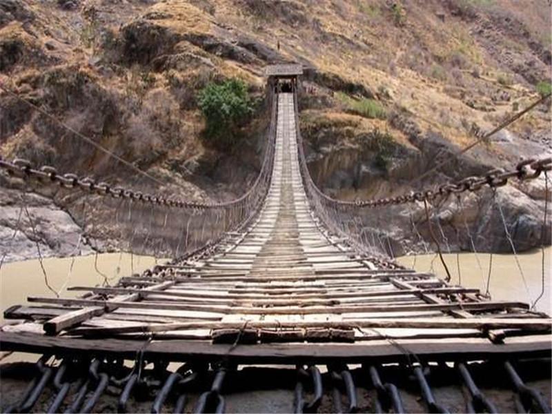 金龙桥全长为131.6米,其主体结构是由18根手工锻制的大铁链悬系两岸,其中16根为承重底链,上横铺木板,再直铺行步木板、横行钉木档成为桥面。铁链两端,分别拉设于东西桥亭的地面,再延伸压入引桥石板下,缠绕锚固于石头上。