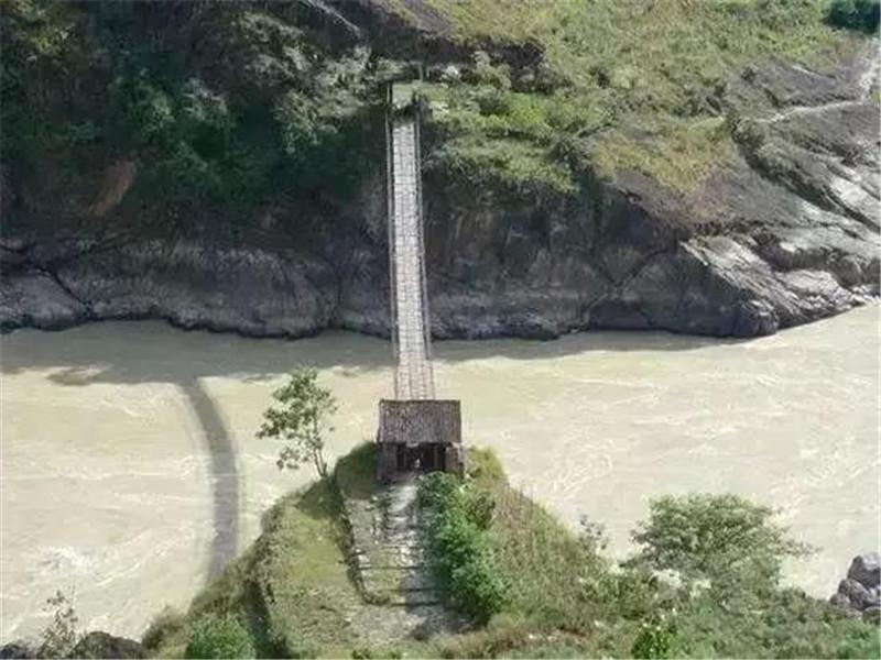 金龙桥位于云南丽江市永胜县和古城区之间金沙江上,金龙桥是我国桥面较宽、铁索较多的铁链桥。同时,金龙桥也是金沙江上现存最古老的一座铁链桥,是茶马古道的要道,具有十分重要的历史意义。