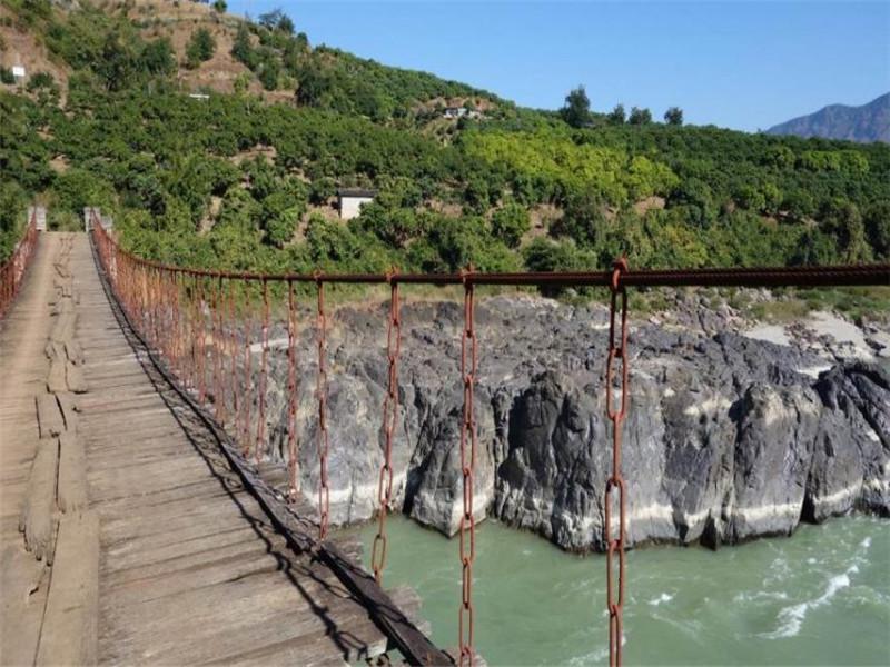 桥东段跨径67米,西段38米,宽2.8米,总长162.5米。东西两段分别由15根、12根铁链构成,桥两端建关楼,穿斗式土木结构,内衔两落水桥廊,桥心中央立重檐风雨亭,之间以双孔铁索吊桥相通,气势连贯,设计巧妙。