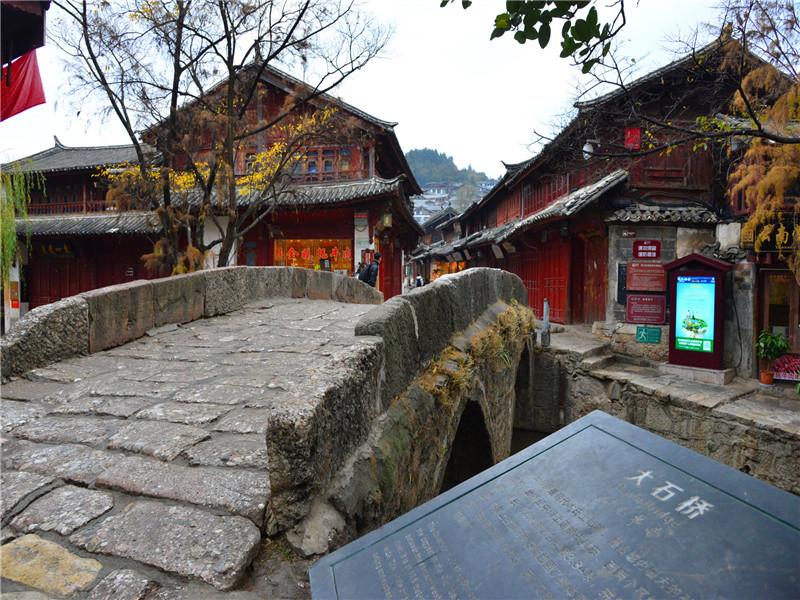 大石桥位于古城中心,加之桥身长宽,行人络绎不绝,桥市生意兴隆,负载了几百年古城的商旅往来,市井交流,此为丽江古城独有的街景特色。