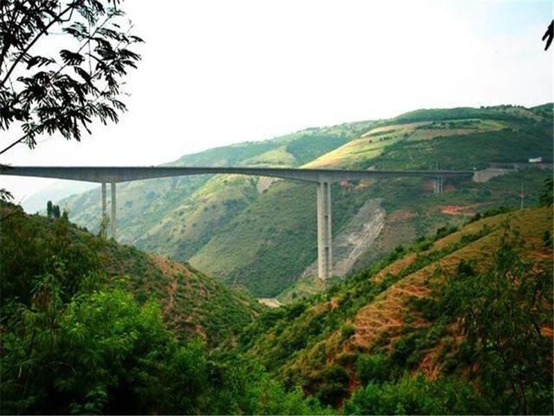 红河大桥位于红河哈尼族彝族自治州元江县城西北,是国道213线元江至磨黑高速公路上的一座特大型桥梁。