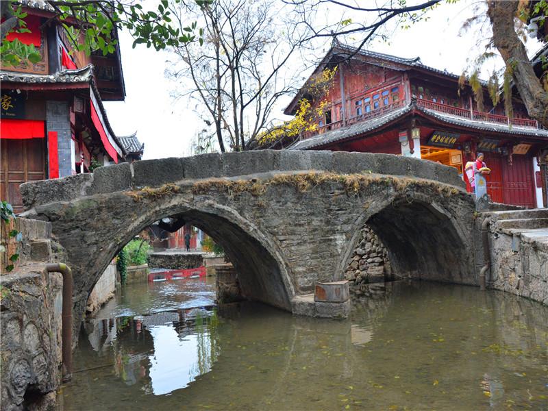 大石桥是丽江市丽江古城中最大的石拱桥,为明代木土司所建,已有六百年的历史。大石桥位于中河之上,在四方街往东北方向步行100米处,是古城东西两部分的重要交通要道。此桥系双拱石桥,拱圈用板岩支砌,桥长10余米,桥宽近4米,桥面用传统的五花石铺砌,坡度平缓,使其自然地与两端的路面衔接。