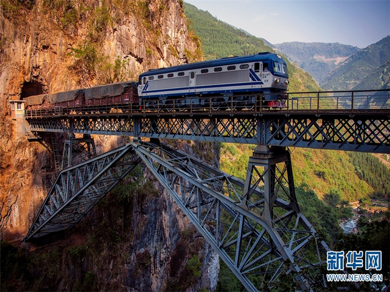"""五家寨铁路桥距谷底约100米,由钢板、槽、角钢、铆钉联结而成,是滇越铁路的标志性工程,也是研究滇越铁路及中国桥梁史的重要实物资料,2006年被列入""""全国重点文物保护单位""""。"""