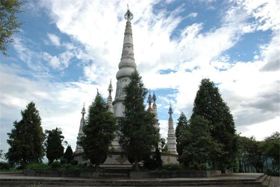 """景戈白塔:景戈白塔位于临沧耿马县景戈公园内。白塔始建于1778年,是当年耿马十四世土司罕朝瑗为纪念中缅友好邻邦而建,并指定每年泼水节后逢""""丁""""或""""壬""""的日子为""""赶白塔""""的日子。"""