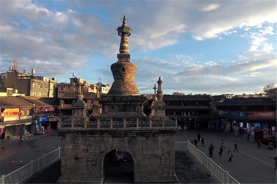 妙湛寺金刚塔:妙湛寺金刚塔位于昆明市,建于明天顺二年(公元1458年),该塔全部以沙石砌筑,塔基呈方形,高4.8米,边长10.4米。基台下有东、西、南、北4道券门十字贯通,可供人通行。基台上建有5座佛塔,属于金刚宝座式塔。基台中部为主塔,通高16.05米,塔座为方形折角须弥座,四角各雕有力士像1尊。四面石上均雕刻有反映佛教内容的狮、象、孔雀、迦楼罗等形象。
