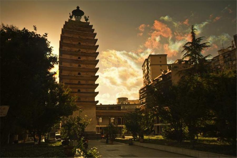 东、西寺塔:东寺塔和西寺塔位于昆明市,是云南建造较早的古塔。东寺塔原建在常东寺内,称常乐寺塔,俗称常乐寺为东寺,故名东寺塔。塔高40.57米,基座为正四边形,边长12米。塔身为方行密檐式空心砖塔,共13级。塔底层南面辟一门,从第二层起檐上四面均开有券洞,每洞置一小佛龛,内有石雕佛像一尊。塔顶四角各有一只铜制贴金金翅鸟,每只高约2米。
