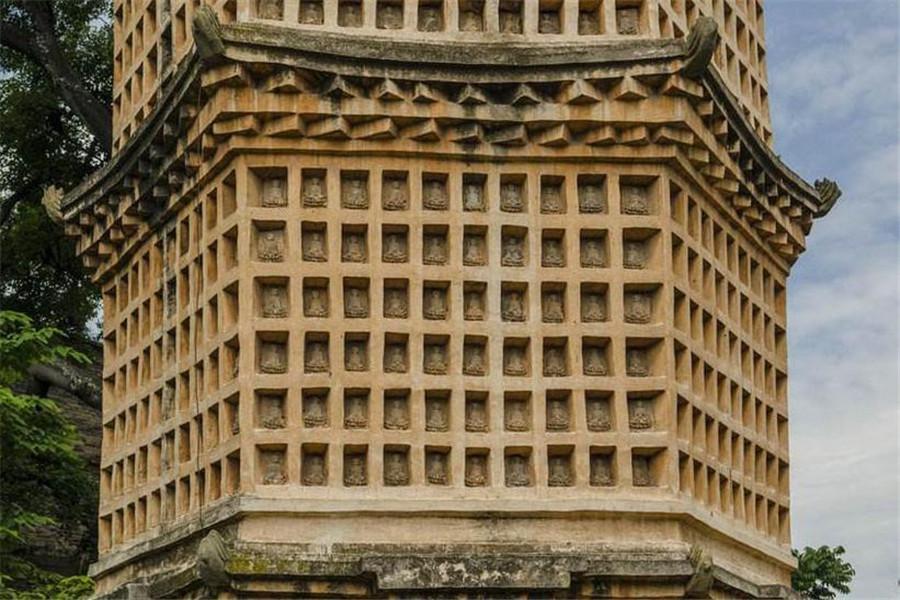 千佛塔的塔身为砖砌,方形基座上修建六角形塔身,塔身每面用砖砌筑出大小相等的方形佛龛,每个龛内供奉陶制佛像数尊,这些方形佛龛如同蜂巢一般,密密麻麻,依次向上逐渐递减,共7层,高18米。塔尖上有一具石雕葫芦,造型独一无二,塔身呈金黄色,保存非常完整。