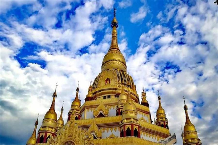 基座之上的主心柱以大钟和13个钵上垒砌而成,最高点戴有重达2.3吨的大金顶,高耸挺拔,雄伟壮观,气势恢宏。