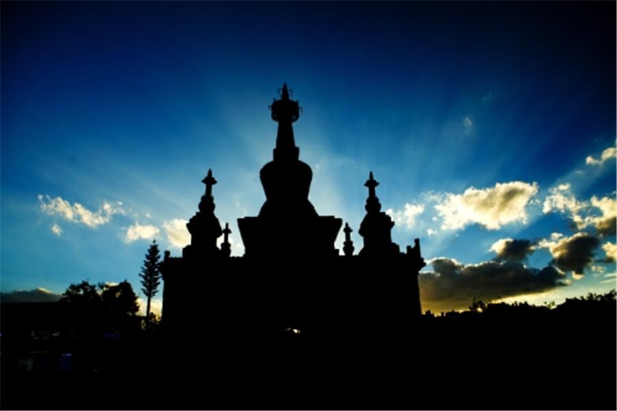 须弥座上为7层石雕莲瓣的覆莲座,上承覆钵形塔身。塔身四面均开有壶门,内刻石佛像一尊。塔身之上有方形须弥式塔脖。塔刹上有十三天相轮、伞盖、垂八铃铎和四天王像。再上为石制圆光,四面有小铃铎,刹顶为宝瓶、宝珠。整座石塔典雅壮观,主塔与小塔之间布局协调,雕工细腻。