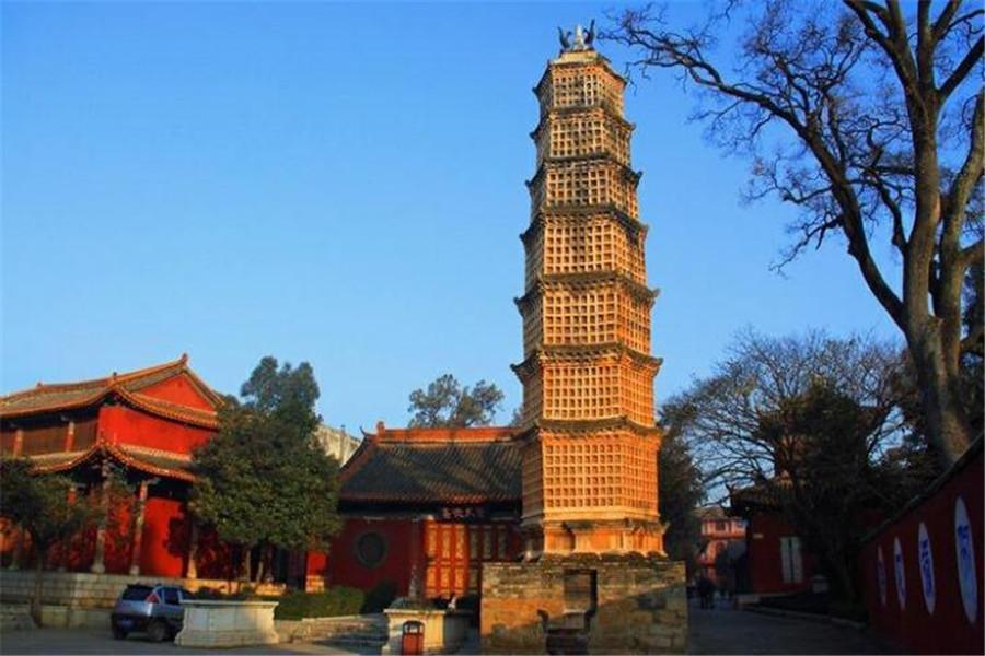 千佛塔:千佛塔坐落在曲靖市陆良县城大觉寺内,始建于元代,经过历代修葺,保存完好。塔顶之南向位置,有金鸡振羽距足,雄姿勃发。