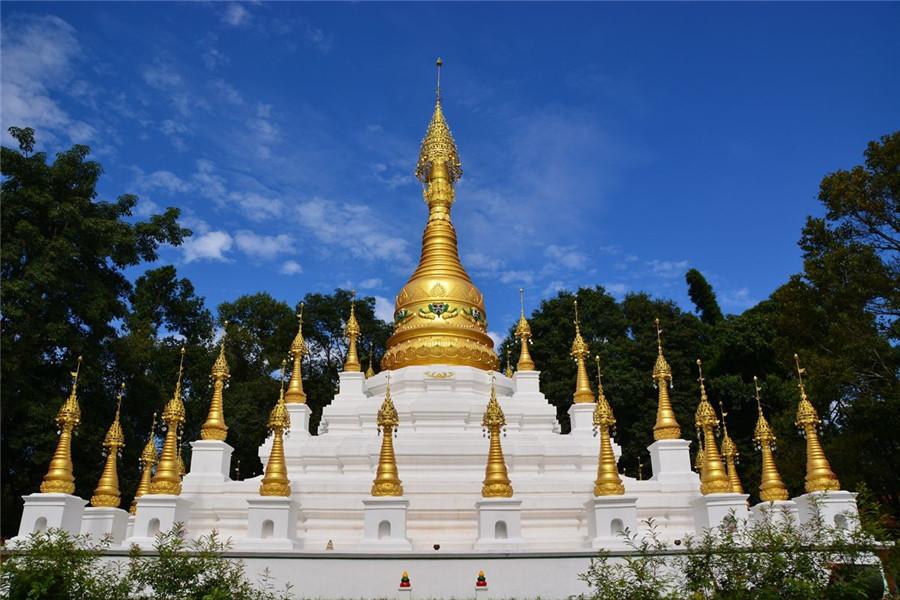盈江允燕塔:允燕塔位于云南省德宏州盈江县城的允燕山上,又称曼勐町塔,是滇西南传上座部佛教的标志性建筑,土基结构,属于覆钵形金刚座式群塔,由1座主塔和40座模型塔组成。