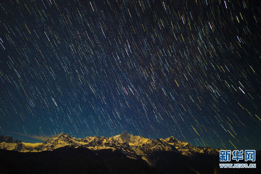 秋冬时节,位于云南省西北部的迪庆藏族自治州境内的梅里雪山、纳帕海、白水台、雨崩村、巴拉格宗等景色迷人。这里的雪山、蓝天、草甸、湖泊、森林、峡谷等构成了一幅绝美的画卷,恍如人间仙境。图为11月7日拍摄的梅里雪山星轨(合成照片)。新华社记者 胡超 摄