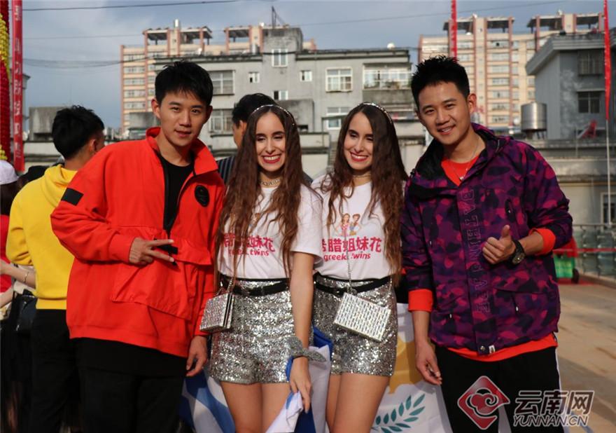 """开幕当日,来自世界各地的1000余对双胞胎齐聚墨江县城,吸引了市民与游客纷纷合影留念。""""第一次见到这么多双胞胎、三胞胎,眼花缭乱,傻傻分不清。""""来自江苏的游客杨女士感叹。图为来自世界各地的双胞胎共庆盛会。"""