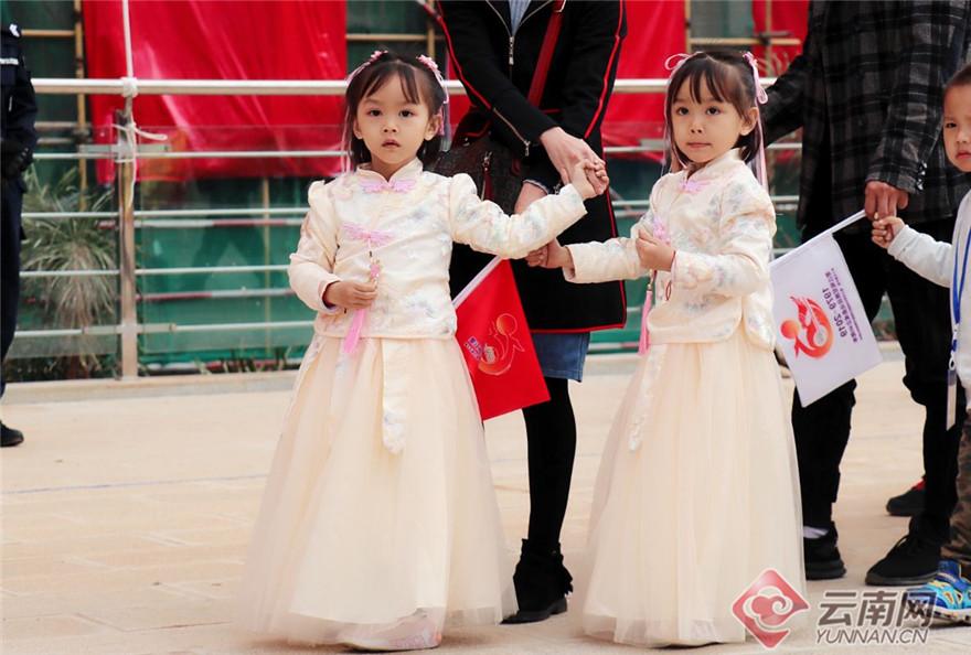 11月28日,第十五届中国·墨江北回归线国际双胞胎节暨哈尼太阳节在云南省普洱市墨江哈尼族自治县开幕。来自世界各地不同肤色、不同民族的千余对双胞胎齐聚墨江,共庆盛会。图为来自世界各地的双胞胎共庆盛会。