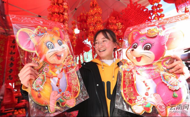 1月19日,春节临近,在云南保山腾冲,大红的灯笼和吉祥的中国结把城市街区装扮得格外喜迎;腾北市场各种商品琳琅满目,市场供应充足,前来选购年货的群众络绎不绝,鼠年春福、对联、门贴、灯笼以及欢喜米花糖等传统节庆商品热销,处处呈现喜庆祥和的节日氛围。记者 杨峥 摄影报道