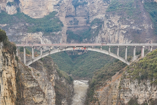 川滇黔交界处鸡鸣三省大桥全面建成通车