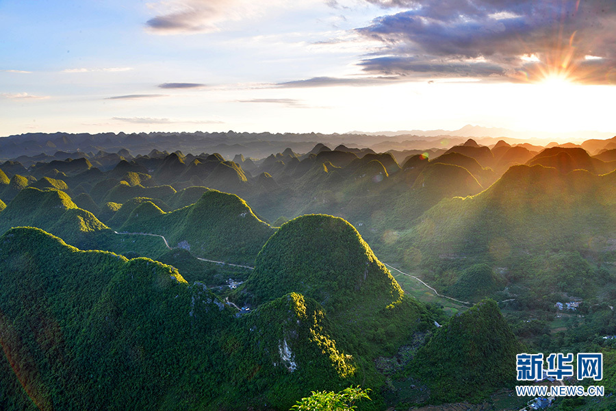 据了解,罗平县是典型的岩溶山区,岩溶地貌占90%以上,成片的石灰岩山峰组成了成千上万个大小不等、形态各异的峰林,面积达数百平方公里。峰林间植被完好,景观奇特,地形复杂、类型多样、动植物资源丰富,是科考的理想场所。(刘奕 毛虹)图为6月11日拍摄的罗平县喀斯特峰林景观。新华网发(毛虹 摄)