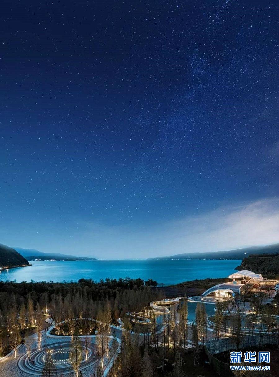 崖顶公园、绚烂的花海、玉带一般的湖畔建筑……在云南省澄江市抚仙湖畔,龙湖抚仙湖·星空小镇成为了网红打卡地。漫步抚仙湖边,呼吸着纯净空气,浏览着旖旎的湖光山色,在星空与山湖之间,一场回归自然的旅途正吸引着众多市民和游客纷至沓来。抚仙湖星空小镇上空星光璀璨(摄于4月1日)。新华网发(供图)