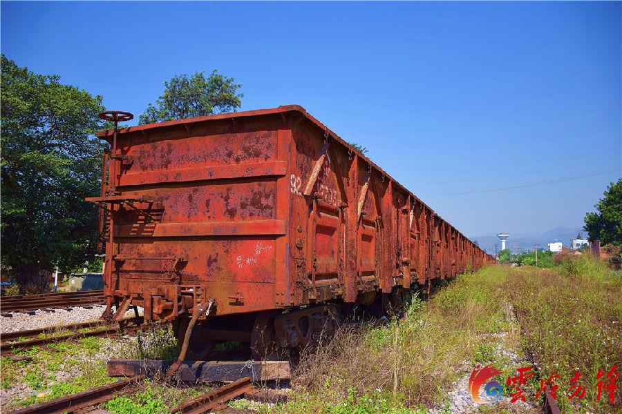 """滇越铁路是中国第一条国际铁路,由于轨距为1米,也称米轨铁路,全长854公里,1910年4月1日全线通车,被当时的西方媒体誉为""""世界三大工程奇迹""""之一。(通讯员 赵树龙)图为车站内停着的10多节锈迹斑斑的货车箱。"""