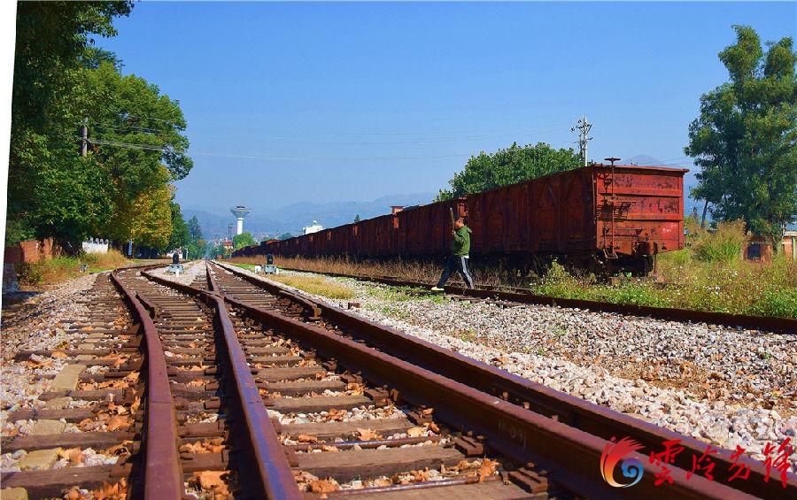 """滇越铁路是1904年法国殖民统治者为了略夺云南及其对东南亚国家而修建,这项异常艰巨的工程历经6年才完工,也是当时西南地区唯一的一条铁路。图为铁轨下的枕木已被阳光、雨水和风浸湿得换了""""容颜""""。"""