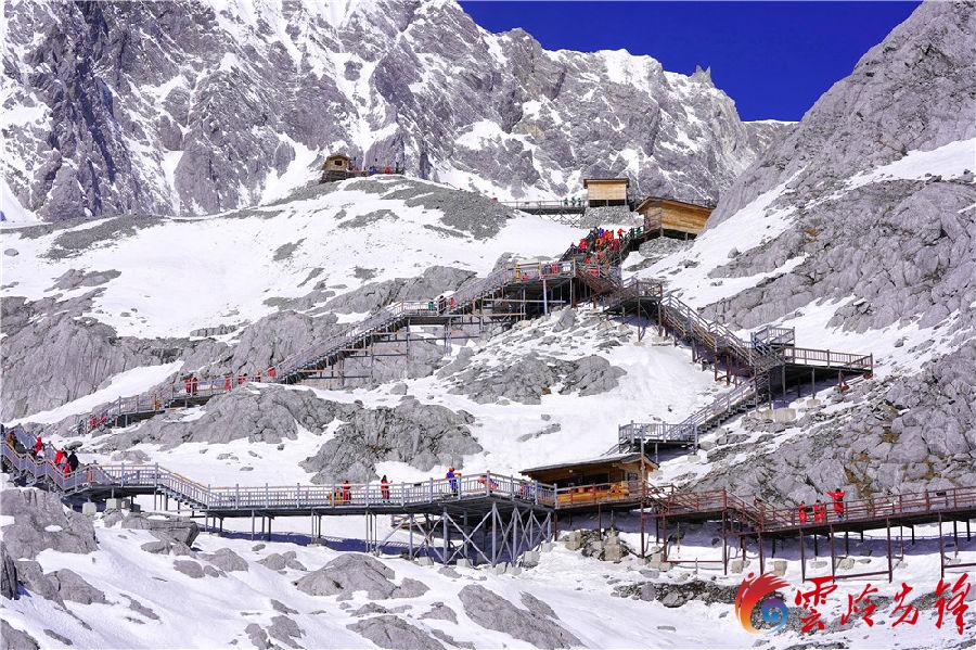 """玉龙雪山景区面积为415平方公里。主峰扇子陡海拔5596米,终年积雪,是长江以南的最高峰,发育有亚欧大陆距离赤道最近的温带海洋性冰川,是世界少有的城市雪山。玉龙雪山在纳西语中被称为""""欧鲁"""",意为银色的山岩。其银装素裹,十三座雪峰连绵不绝,宛若一条""""巨龙""""腾越飞舞,故称为""""玉龙""""。"""
